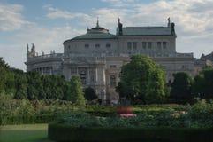 Burgtheater от Volksgarten, вены, Австрии Стоковое Фото