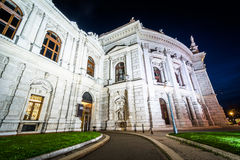 Burgtheater alla notte, a Vienna, l'Austria Fotografie Stock Libere da Diritti