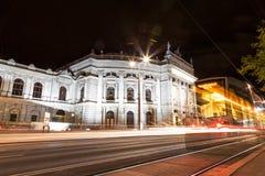 Burgtheater en Viena Austia en la noche foto de archivo