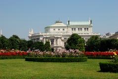 Burgtheater, som sett från Volksgartenen i Wien Royaltyfri Fotografi