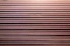 Burgunder-Geschäftsfensterladen, schöne Farbe, Stahlbeschaffenheit stockfotos