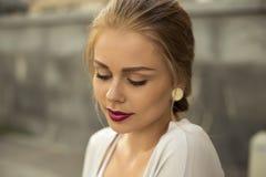 Burgunder-Lippen Foto wurde auf die Straße gemacht Stockbilder