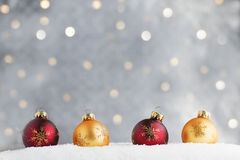 Burgunder- und Goldweihnachtsverzierungen Stockfoto