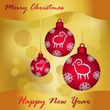 Burgunder-Weihnachtsbälle auf einem Goldhintergrund, Gruß des neuen Jahres Lizenzfreie Stockfotos