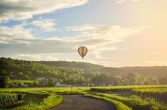 burgundy Μπαλόνι ζεστού αέρα πέρα από τους αμπελώνες burgundy Γαλλία στοκ εικόνες