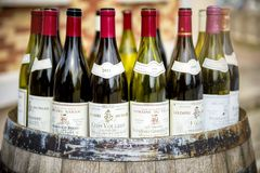 Burgundy μπουκάλια κρασιού πέρα από ένα βαρέλι στοκ φωτογραφία με δικαίωμα ελεύθερης χρήσης