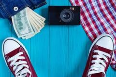 Burgundy πάνινα παπούτσια, εκλεκτής ποιότητας κάμερα, χρήματα στην τσέπη σακακιών τζιν, Στοκ εικόνες με δικαίωμα ελεύθερης χρήσης