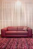 Καναπές burgundy Στοκ Φωτογραφία