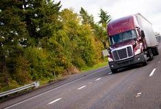 Burgundy nowożytna ciężarówka i reefer przyczepa w prostym szerokim h semi obrazy royalty free