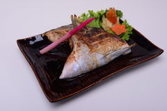 Buri-Kama Shioyaki, colar grelhado Shio-Yaki das savelhas, alimento japonês tradicional isolado no fundo branco Imagem de Stock Royalty Free