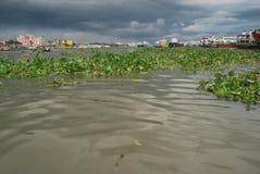 Buriganga河的看法Sadarghat地区的与一些发射 免版税图库摄影