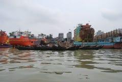 Buriganga河的看法Sadarghat地区的与一些发射 免版税库存照片