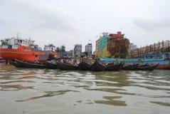 Buriganga河的看法Sadarghat地区的与一些发射 免版税库存图片
