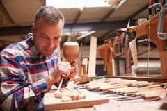 Burin de Carving Wood Using de charpentier Photographie stock libre de droits