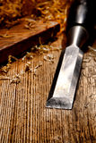Burin en bois sur le vieil établi en bois affligé de panneau Image stock