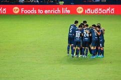 BURIRAM, TAILANDIA - 15 DE AGOSTO: La armonía de jugadores durante la liga primera tailandesa 2015 entre Buriram unió y Suphanbur Foto de archivo libre de regalías