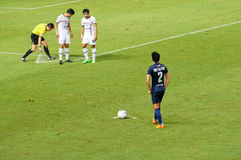 BURIRAM TAJLANDIA, SIERPIEŃ, - 15: Arbitra ustawiania linia dla rzutu wolnego podczas Tajlandzkiego Najważniejszego liga 2015 mię Zdjęcie Royalty Free