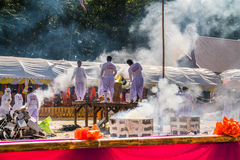 BURIRAM THAILAND - JANUARI 2: Buddistisk metallensembleceremoni för budd royaltyfria foton