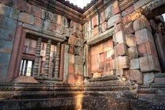 BURIRUM, TAILANDIA - 7 DE DICIEMBRE DE 2018: Ventanas de la piedra del foco selectivo en Prasart Hin Muengtum foto de archivo