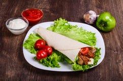 Burito con carne Carne di maiale fritta, manzo, pomodori immagini stock