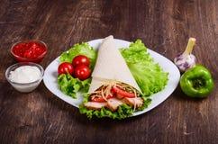 Burito con carne ed i pomodori fritti fotografie stock libere da diritti