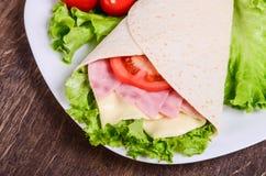 Burito con il prosciutto, il formaggio ed i pomodori fotografie stock