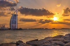 Burj Al阿拉伯人和小游艇船坞日落的,迪拜 免版税图库摄影