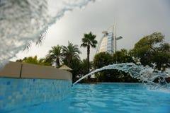 Burj Al阿拉伯人和水池 免版税库存图片