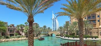 Burj Al阿拉伯旅馆Madinat Jumeirah全景在有p的迪拜 库存图片