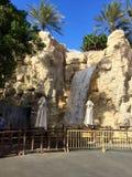 在狂放的旱谷公园的瀑布在旅馆Burj Al阿拉伯人附近在迪拜 库存照片