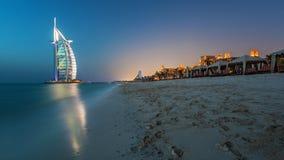 Burj Al Arab bei Sonnenuntergang mit Luxusstrandansicht stockbild