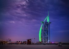 Burj Al Arab - Dubai-Drachen-Strand mit Burj Al Arab nachts Tomasz Ganclerz am 17. März 2017 Stockfotos