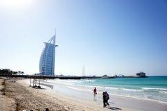 Burj Al Arab, Dubai, UAE - sikt från stranden i solen Fotografering för Bildbyråer