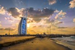 Burj Al Arab en jachthaven bij de zonsondergang, Doubai Royalty-vrije Stock Foto's