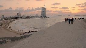 Burj Al Arab en Jumeirah-Strandhotel bij de zonsondergang stock videobeelden