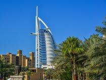 Burj Al Arab hotell från Madinat Jumeirah royaltyfri foto