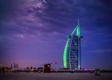 Burj Al Arab - plage de cerf-volant de Dubaï avec Burj Al Arab la nuit Tomasz Ganclerz le 17 mars 2017 photos stock