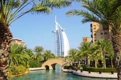 Burj Al-Araber und Madinat Jumeirah, Dubai lizenzfreie stockfotografie