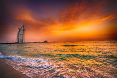 Burj Alarab med guld- solnedgång i Dubai Royaltyfri Fotografi