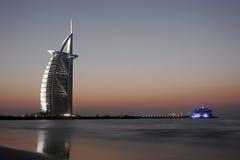 Burj Alaraber bis zum Nacht Stockfoto