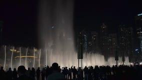 29 2009 burj Dubai e hotelowego khalifa Listopad panoramicznych u widok A e - JAN, 2018: sylwetka turyści ogląda zadziwiającego p zbiory wideo