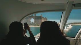 29 2009 burj Dubai e hotelowego khalifa Listopad panoramicznych u widok A e - JAN, 2018: turysta dziewczyny biorą fotografie kame zdjęcie wideo
