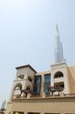 Burj Dubai Wolkenkratzer und arabisches Arthotel Stockfoto