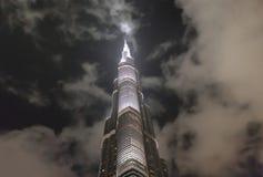 Burj Khalifa är den mest högväxta byggnaden i världen som når över 800 meter, aftonsikt av ett torn Royaltyfri Foto
