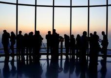 Burj Khalifa Aussichtsplattform, Dubai - Leute, die den Sonnenuntergang überwachen. Stockbild