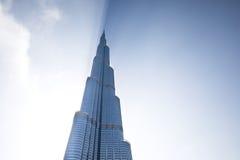 Burj Khalifa ciska cień przez chmur podczas wschodu słońca Zdjęcia Royalty Free