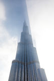 Burj Khalifa ciska cień przez chmur podczas wschodu słońca Fotografia Stock