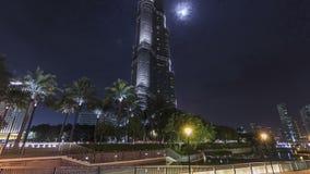 Burj Khalifa com a lua em Dubai, UAE Timelapse filme