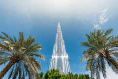Burj Khalifa die in blauwe hemel in Doubai, de V.A.E verdwijnen Royalty-vrije Stock Fotografie