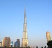 Burj Khalifa dnia widok z nowożytnym budynkiem wokoło zdjęcia stock